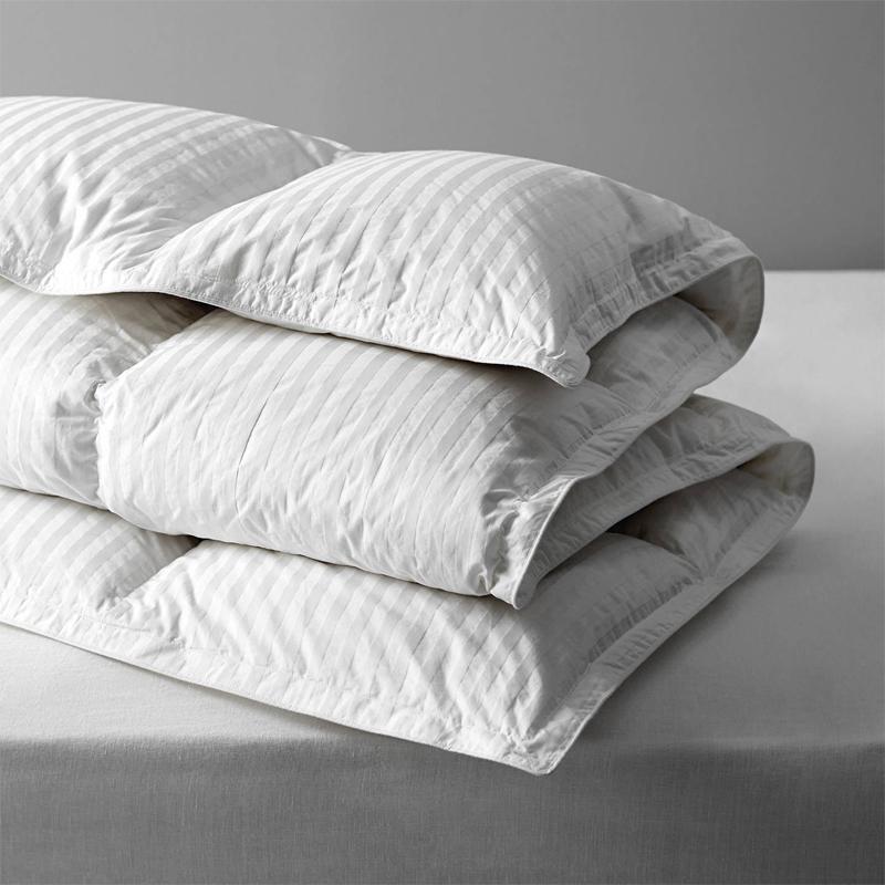 90% weiße Daunenbettdecke mit 1 cm Damaststreifen