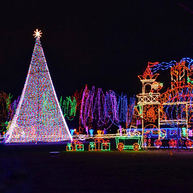 Weihnachtslichter sind westliche Weihnachtslichter, die Menschen an Weihnachtsbäumen schmücken.