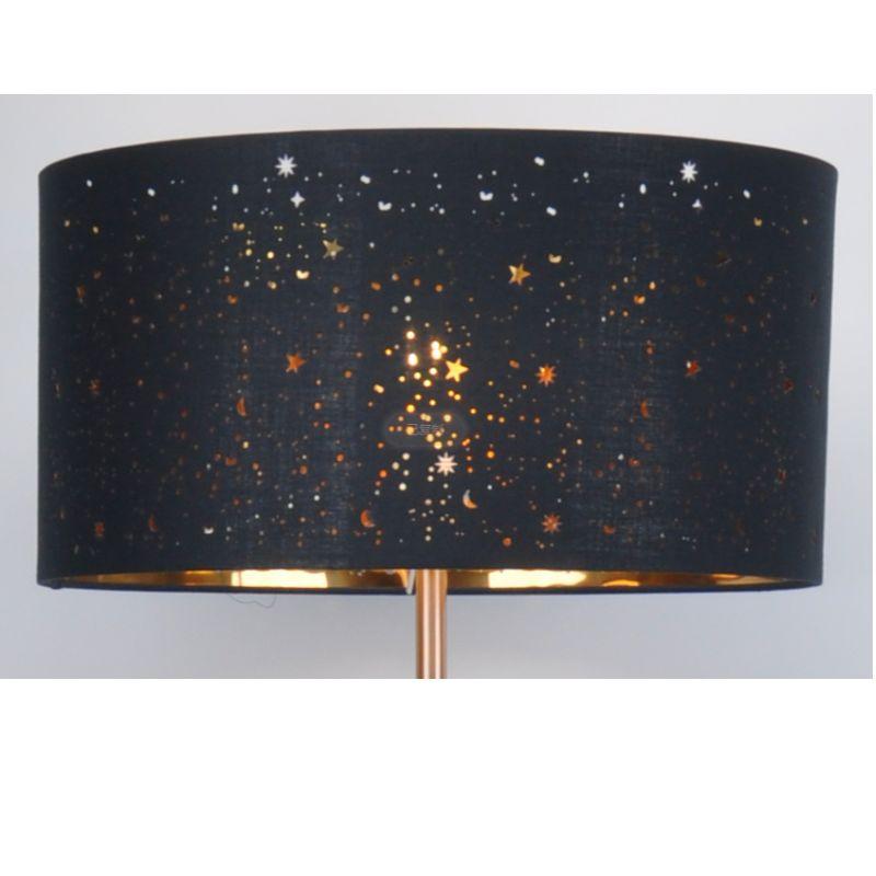 Stehlampe mit lasergeschnittenem schwarzem Stoffschirm